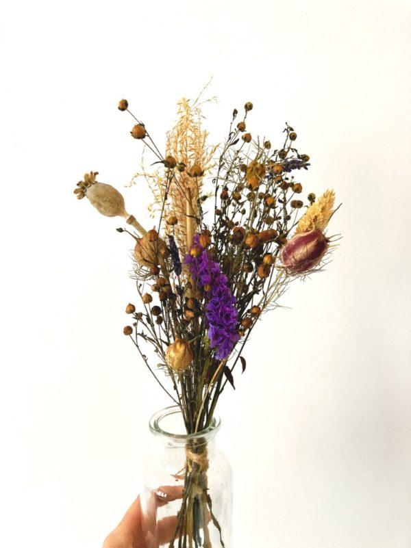 Petit bouquet de fleurs séchées et son vase