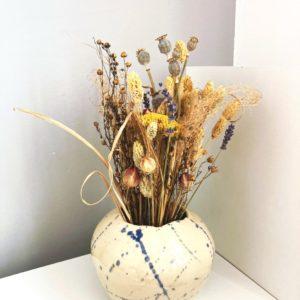 Bouquet de fleurs séchées locales ginger flower et vase céramique